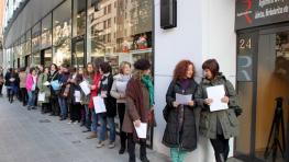 Varias mujeres hacen cola en el Registro de la Propiedad en Bilbao para registrar sus cuerpos. /FOTO: