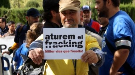 Imatge d'un dels representants de la plataforma Aturem el fracking que es van concentrar a l'abril davant del Parlament de Catalunya (ACN)