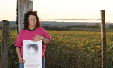 La activista Petrona Villasboa, con una foto de su hijo, fallecido por intoxicación. Federación Nacional Campesina