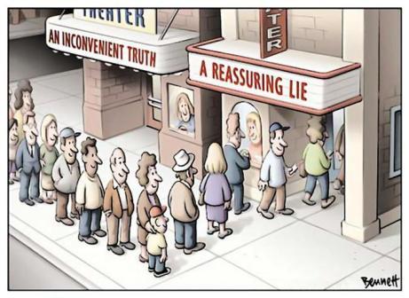 Viñeta de Clay Bennet, reproducida con permiso. Carteleras: Una verdad incómoda en un teatro y una mentira reconfortante en el otro.