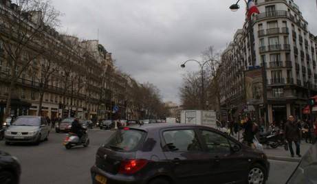 (Tomada de Wikipedia)) Viviendas y tráfico en una calle de París. (Minato ku)